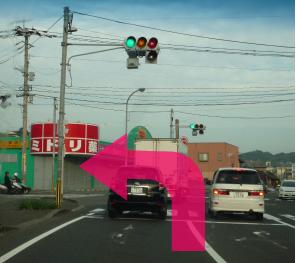 マツモトキヨシとシャトレーゼの交差点を左折してまっすぐ進む