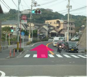 左折してすぐの桜ヶ丘入り口をそのまま1~2分真直ぐ進む