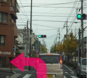 桜ヶ丘の4丁目交差点を左へ曲がります。